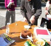 隣人祭りでハート型のチョコレート&オレンジシフォンケーキをカット