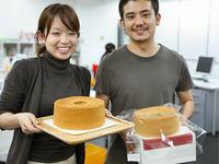 通販で取り寄せたシフォンケーキを手に笑顔のお客様